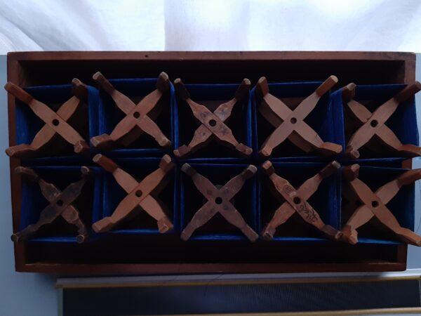 木枠に巻き取られた藍染め糸