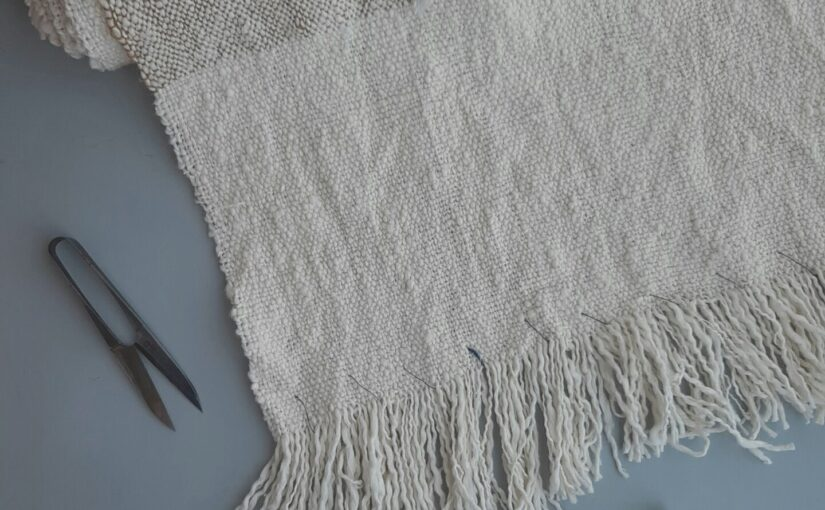 がら紡糸の布を織る。バッグの仕立てとがら紡糸のこと。